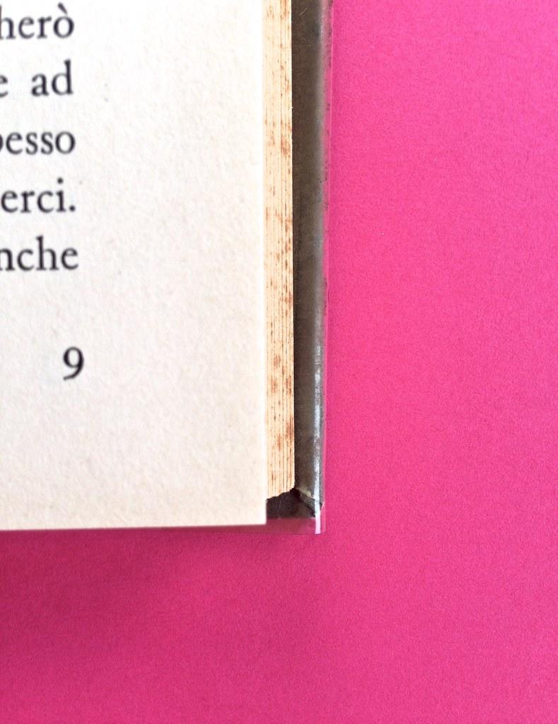 Disamore, di Libero Bigiaretti. Bompiani 1964. [Responsabilità grafica non indicata]. Indicazione del numero della pagina, al piede del testo, allineato al margine esterno, a pag. 9 (part.), 1