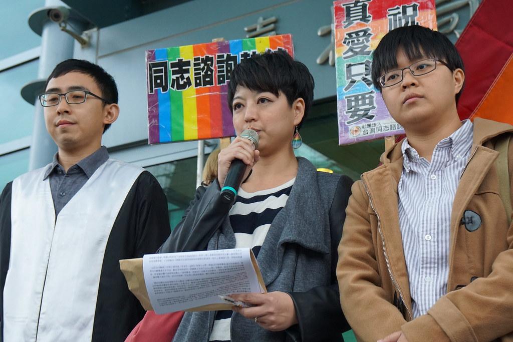 同性伴侶陳凌(右)與呂欣潔(中)的婚姻登記案件將送司法院大法官聲請釋憲。(攝影:王顥中)