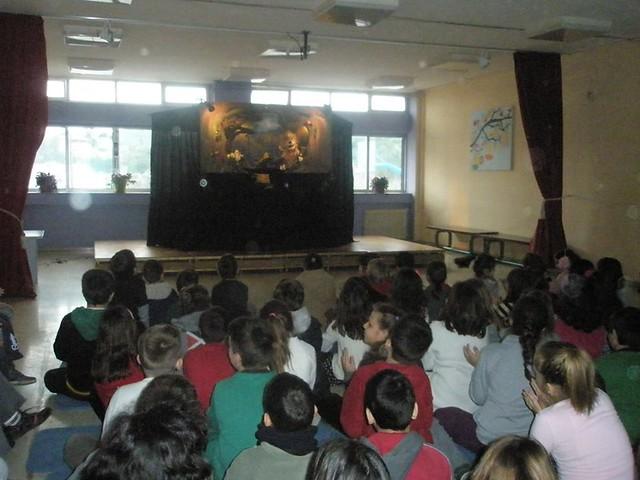 Μεταφερόμενη παράσταση κουκλοθεάτρου σε δημοτικό σχολείο απο την ομάδα κουκλοθεάτρου ArtooPaspartoo