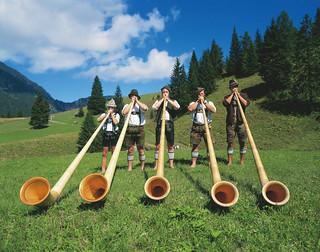 00000019007-ausserfern-tyrol-musicians-with-alp-horns-oesterreich-werbung-Pigneter.jpg