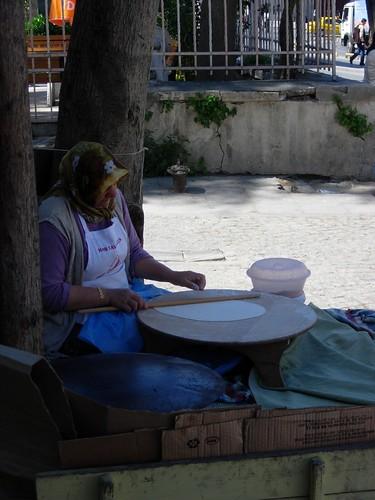 Mujer mayor haciéndonos el aperitivo
