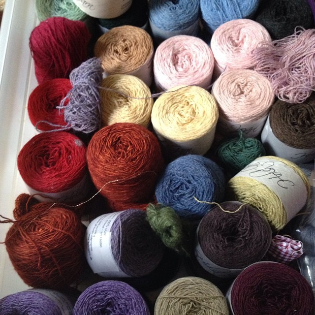 Quale colore scelgo? #yarn #holstgarn #handmade #fattoamano #ameliabefana #serialknitters #knitting #knit #knittersofig #knittersofinstagram #instaknitting #iolavoroamaglia #ravelry