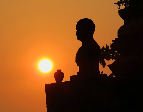 sunset sea vacation orange sun monument silhouette backlight canon thailand evening memorial outdoor bust amphora outline amateur contour keyline counterlight canondigital hyperzoom sx50 canonsx50