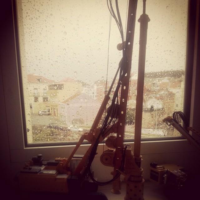"""Lá fora chove. E a única frase que me ocorre é """"bom dia mundo!"""""""