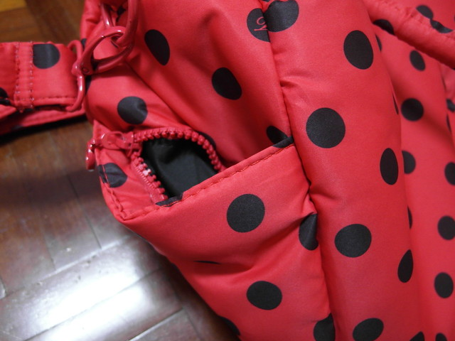 小小的側邊口袋,有拉鍊所以袋口更窄了Q_Q@VOVAROVA紅色點點圓舞曲波士頓包