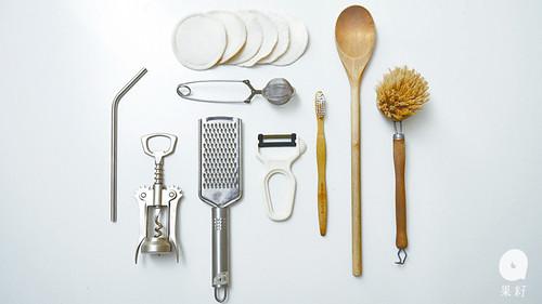 家裏所用的工具都是以金屬、竹、木、天然毛髮、再造的環保物料製造。Lauren:「家裏原本有一個膠製的磨皮器,就沒有買新的。」家裏充滿大大小小的玻璃器皿,讓食材的色調作家居的點綴。圖片來源:果籽