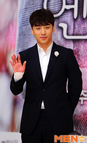 seungri_angel_eyes_press_conference_140403_2_002-400x657