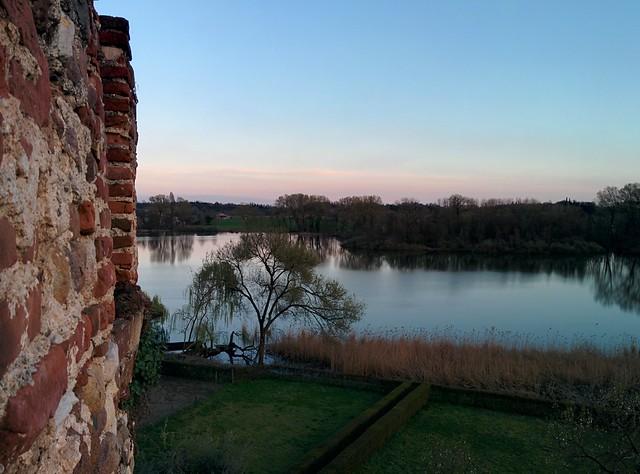 Le mura esterne di Villa Arrighi toccano il lago