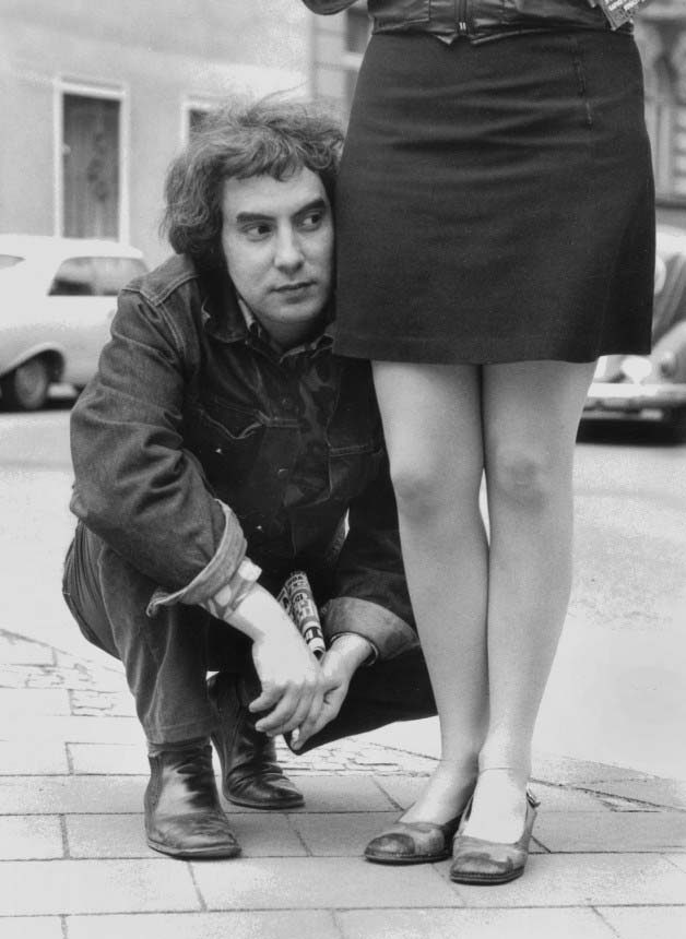 Brigitte Friedrich, Rolf Dieter Brinkmann und die Beine seiner Frau Maleen, ca. 1969