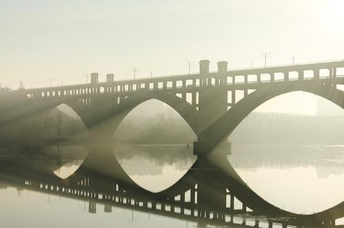morning bridge reflection sunrise river arc sunrays dnepr dnipro zaporizhzhya zaporozhye