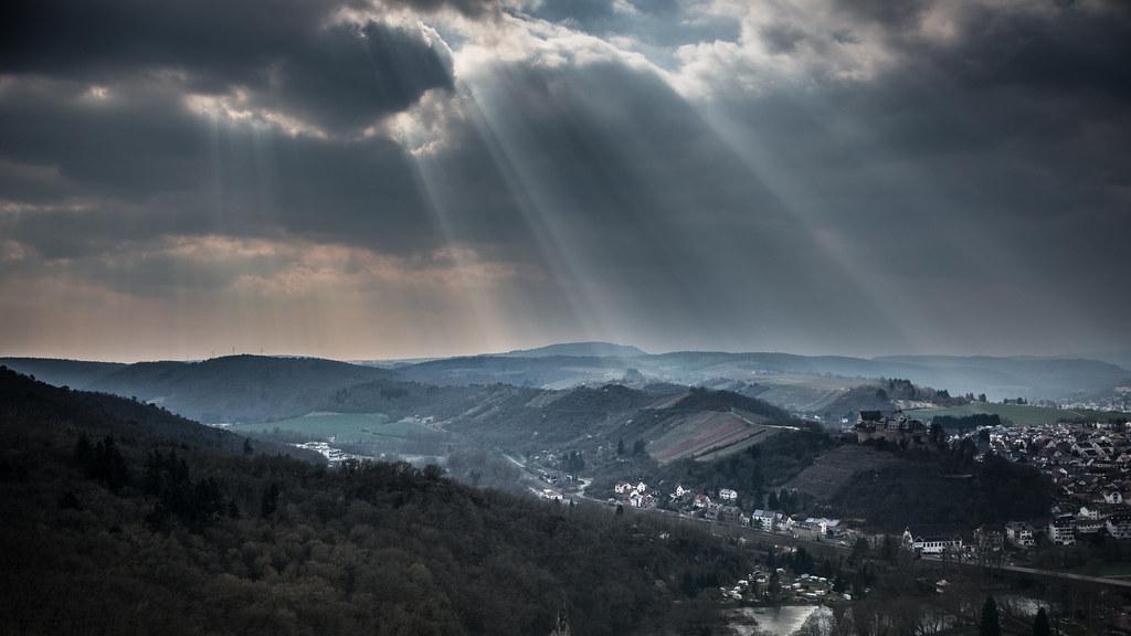 Sonnenstrahlen über der Ebernburg und Bad Münster am Stein-Ebernburg