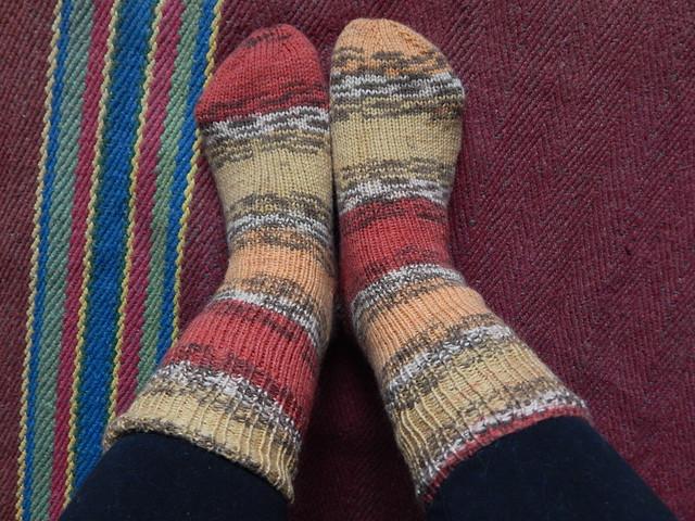 как связать спицами носки от мыска с пяткой задним числом | horoshogromko.ru