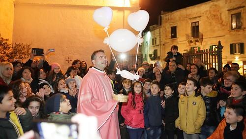 Don Gaetano libera la mongolfiera dai sassolini e la lascia volare in cielo comunione palme