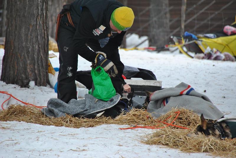 Etter et forsøk på å fore opp hundene valgte Harald Tunheim allikevel å bryte Finnmarksløpet. Foto: Trygve Hagelund