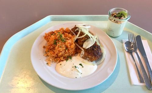 Bifteki mit frischen Zwiebeln, Tzatziki & Tomatenreis