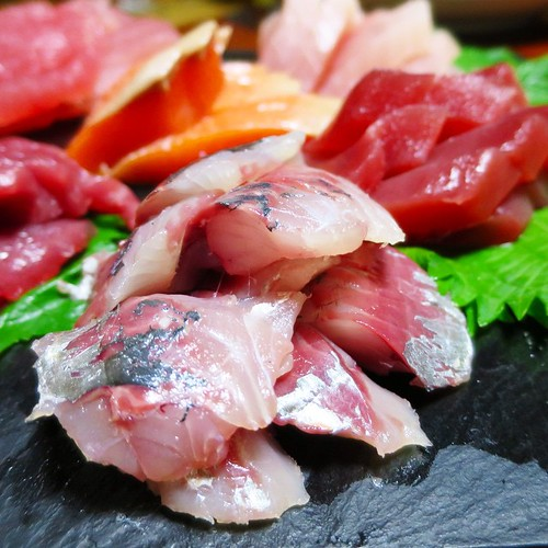 雄勝石のプレートに盛り付けられた刺身盛り合わせ。と、クジラ肉も。
