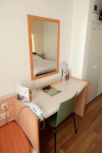 【小桌子、小椅子】有這樣的桌子用來打電腦已經很方便了