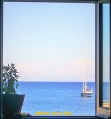 finestra con vista mare