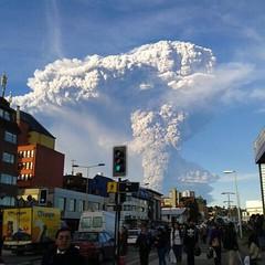 Así se veía la erupción del volcán Calbuco esta tarde desde el centro de Puerto Montt, foto enviada por mis familiares que viven allá