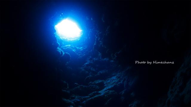 竹富島の縦穴の光♪