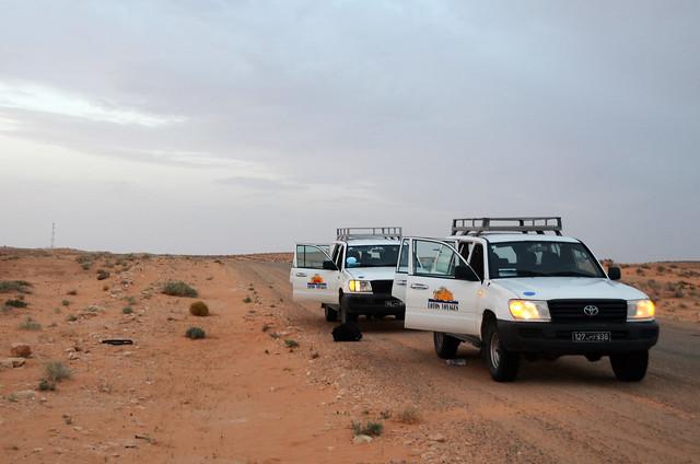 Parada de nuestros 4x4 en mitad del desierto para ver atardecer