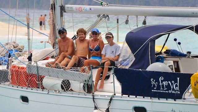 Ulf, Andreas, Wenche og Bendik var det faste mannskapet på Fryd. Her ligger vi for anker ved Sanny Cay, BVI. Foto: Mariann Ovesen