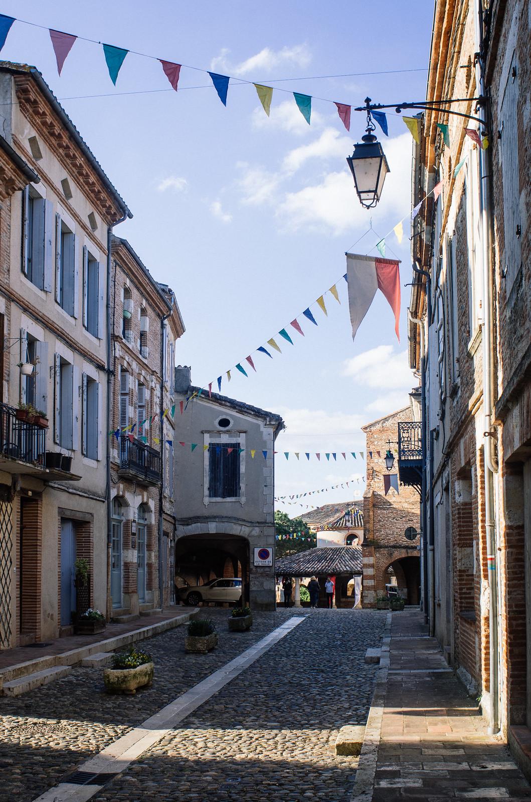 Auvillar, en direction de la place de la halle au grain - Carnet de voyage Tarn-et-Garonne