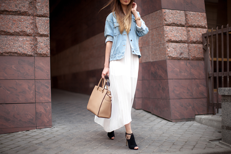 how-to-wear-a-white-pleated-dress