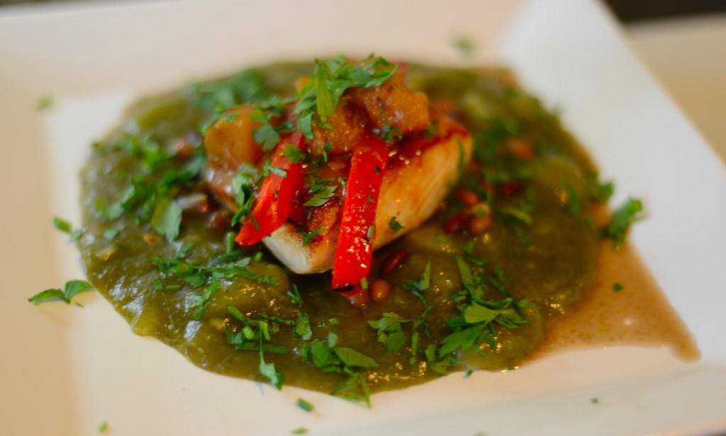 Dourado, ou Pirajuba, grelhado ao molho de abacaxi e gengibre apimentado, com pirão de espinafre e feijão
