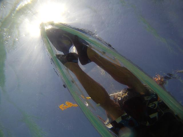 Mis pies vistos desde el mar en el kayak transparente
