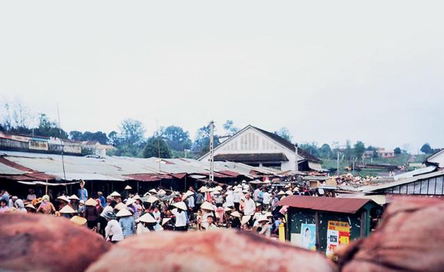 An Loc daily market place, early 1967 - Chợ Mới An Lộc khoảng đầu năm 1967 - Photo by Adin Tooker