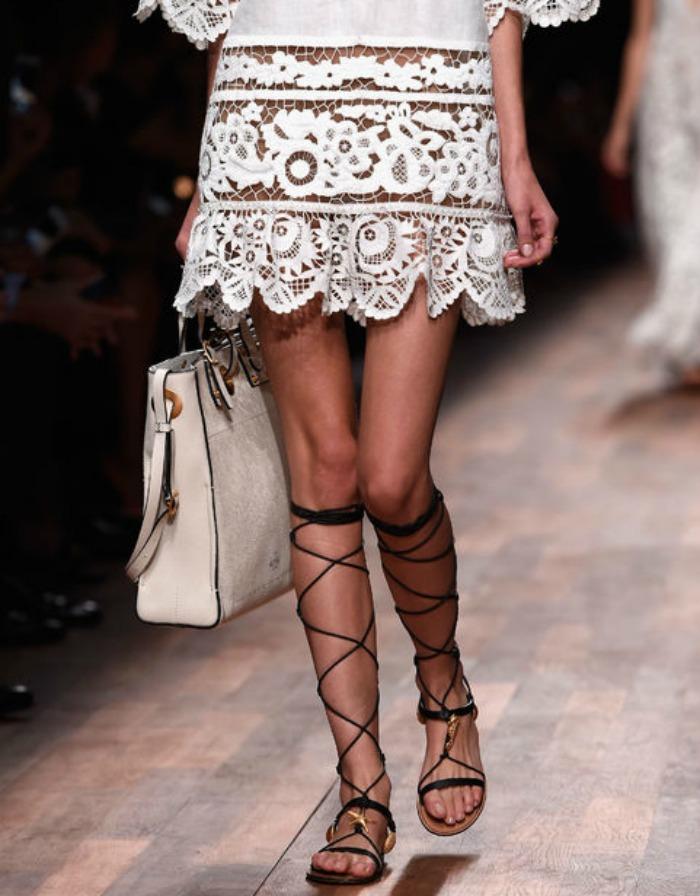 vestido con sandalias gladiadoras