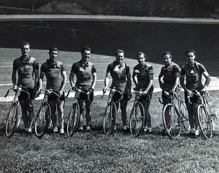 Foto Legnano 1946 47 - pista Vigorelli Milano. Da sinistra Zanazzi Valeriano, Pasquini, Zanazzi Renzo, Ricci, Bartali, Bini, Pontisso