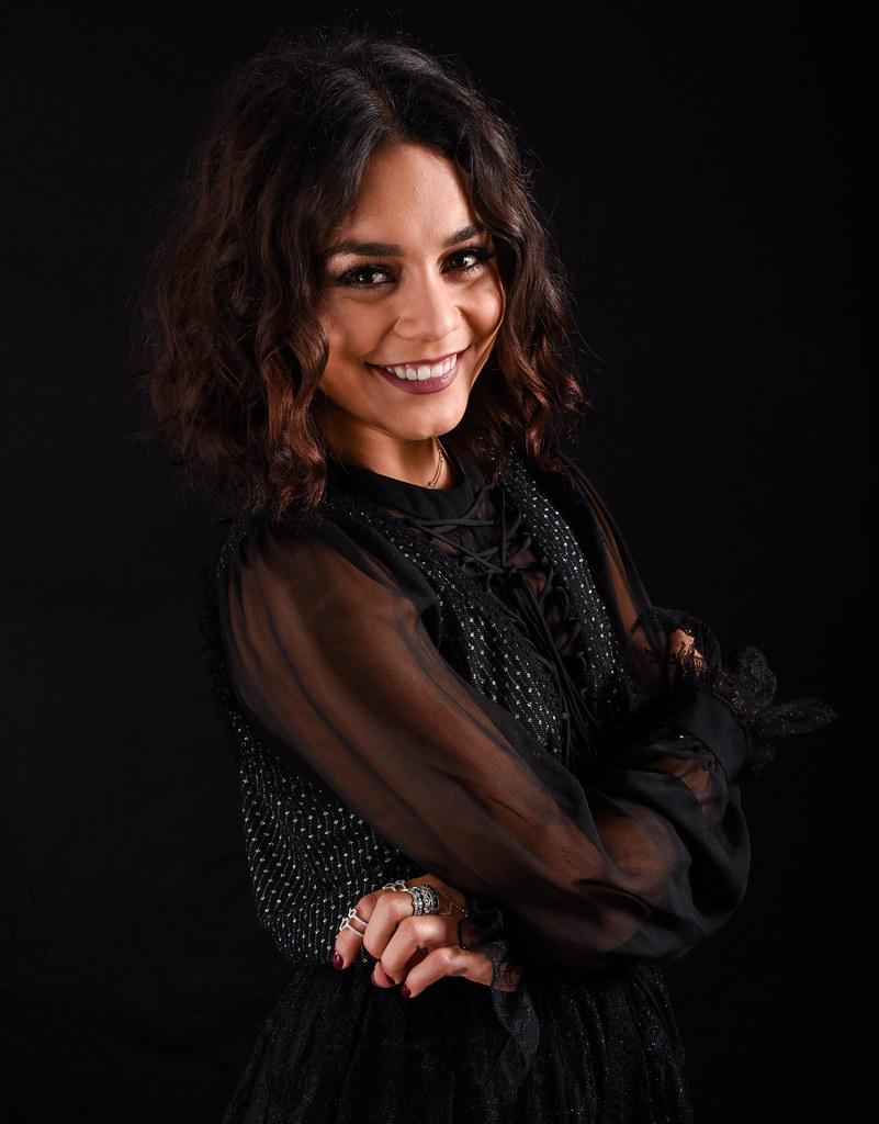 Ванесса Хадженс — Фотосессия для «Бессильные» на «Comic-Con» 2016 – 5