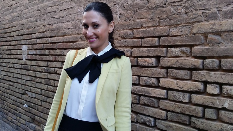 Preppy, colegial, falda tableada negra, blusa blanca de gasa con lazada, blazer amarillo, Bailarinas negras, chaquetón verde oscuro, bandolera mostaza, college, office, black pleated skirt, white chiffon blouse bow, yellow blazer, Black flats, dark green jacket, mustard shoulder bag, Mango, Massimo Dutti, Berskha, Tintoretto, El Corte Inglés, Stradivarius