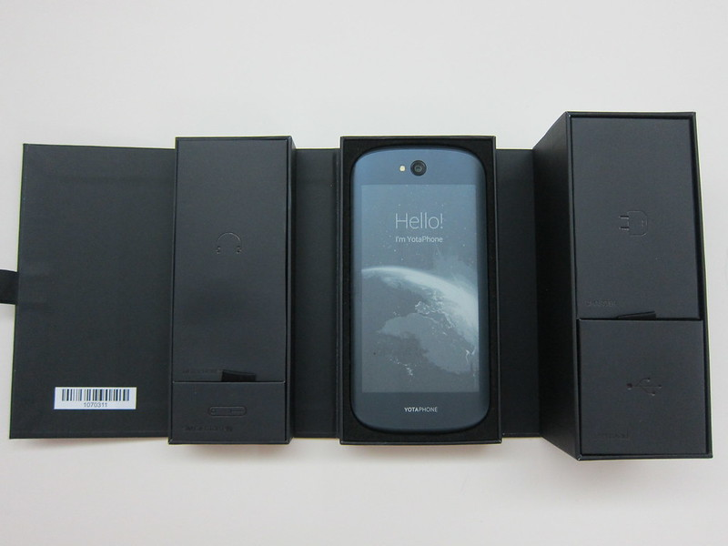 YotaPhone 2 - Box Open
