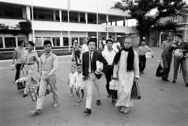 SAIGON July 14, 1965 - Thầy Thích Nhất Hạnh - Tan Son Nhut Airport - by Bill Eppridge