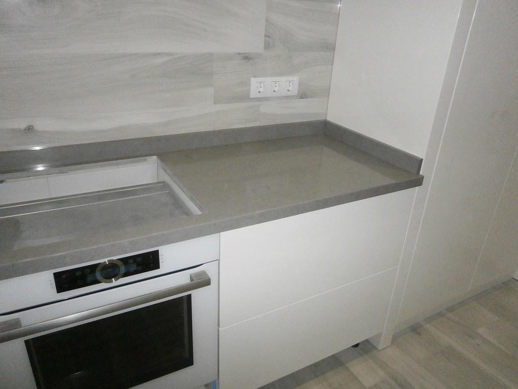 Правая сторона кухни - место для установки варочной поверхности и видно бортик по пеналу