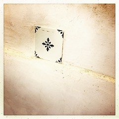 We found this tile in the place that is niw converted to a studio/appartment - I integrated it in the wall, since I wanted it to stay there #history #lagrossetalle #forrent #vacationhouse #cottage #france @lagrossetalle