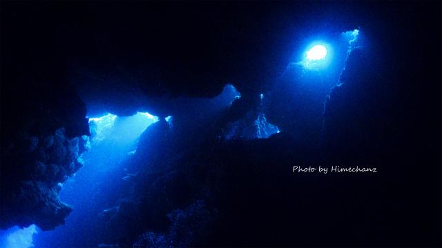 黒島の洞窟の光♪