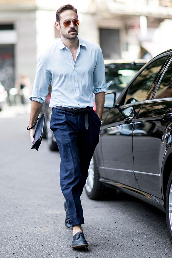 青シャツ×紺リネンパンツ×黒Uチップシューズ