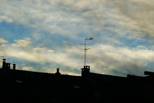 Un strano volatile sull'antenna by Ylbert Durishti