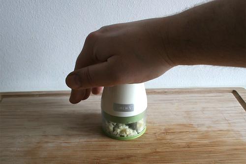 53 - Knoblauch zerkleinern / Grind garlic