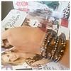Pulseiras e revistas de moda, quanto mais melhor! Pulseirismo Ônix novidade da loja www.bijouxmaysaursula.com confira lá!