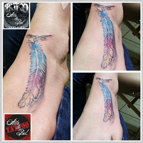 Algo especial...... #pluma #color #empeine #tattooarteypiel #tatuajes #artisticos #leviathoth #isaaccelis #aguascalientes #mexico #tattooink #tattooart #tattooist #tattoo