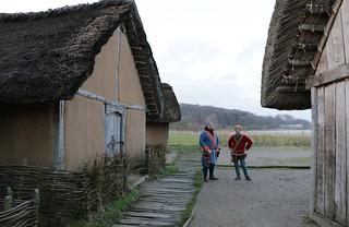 Wikinger vor dem Versammlungshaus [Haus Nr. 5] auf der Museumsfreifläche Haithabu - Wikinger Museum Haithabu WMH 02-03-2015