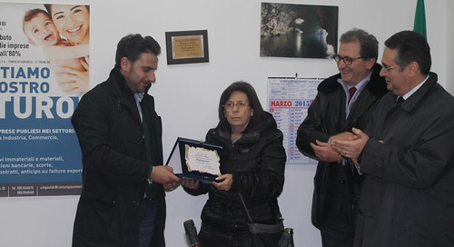 Il presidente Pasqualino Intini consegna la targa ricordo