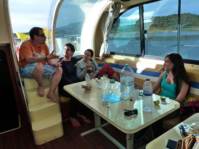 Interior de un barco casa para 10 en el Lago Alqueva (Amieira Marina, Alentejo)