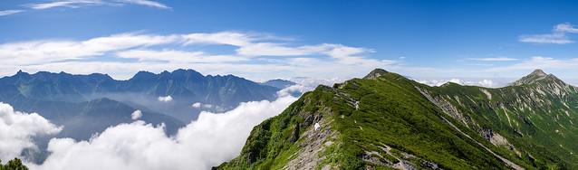 2792mピークから、これから歩く稜線と笠ヶ岳を展望