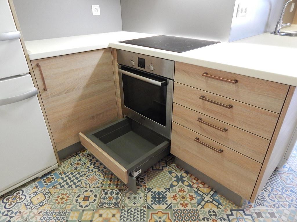 Muebles de cocina en magnolia y roble for Zocalos para cocinas